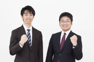画像:新入社員2名が笑顔で並んでいる